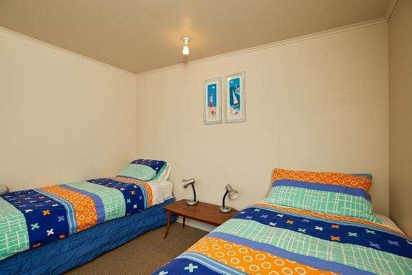 Dolphin Lodge Backpackers - twin room